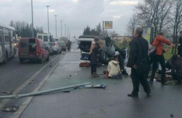 Под Петербургом иномарка сбила шесть человек на остановке