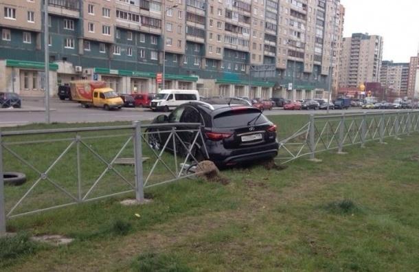 В Приморском районе Infiniti протаранила забор