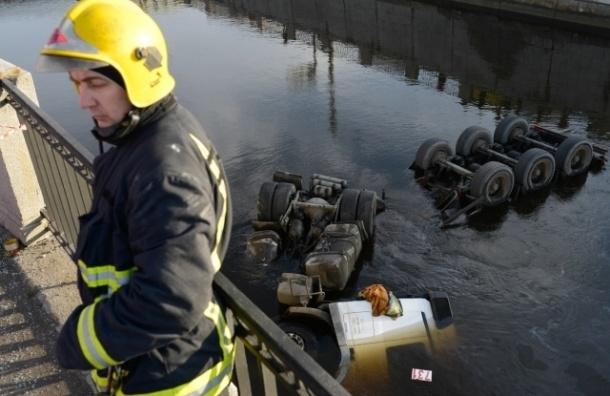В Петербурге бензовоз с мазутом вылетел в Обводный канал