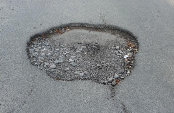 В Красносельском районе ямы на тротуаре образовали лунный пейзаж