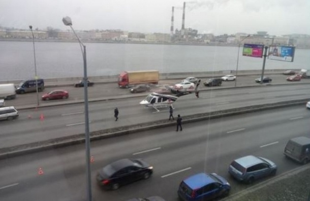 Пострадавшего в ДТП на Малоохтинской эвакуировали вертолетом