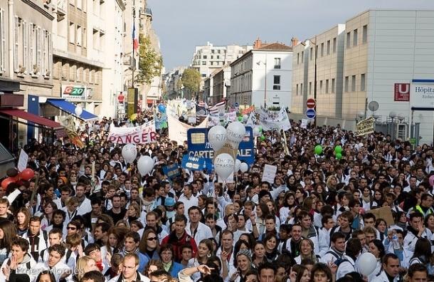 Во Франции гибель эколога от полицейской шумовой гранаты спровоцировала массовые беспорядки