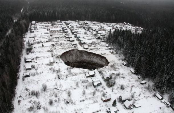 Опубликованы снимки провала грунта в Соликамске