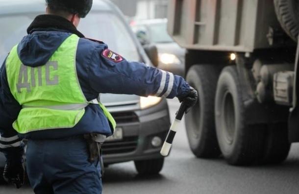 В Петербурге водитель, паркуясь, сбил инспектора ДПС