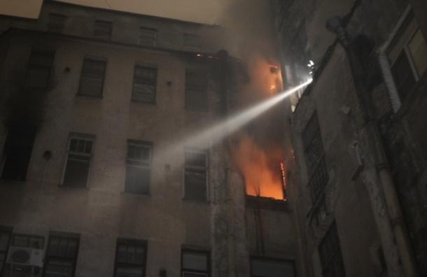 200 спасателей тушили пожар в центре Петербурга