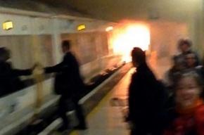В метро Лондона на станции загорелся поезд
