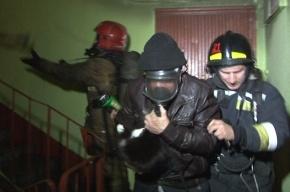 3 детей и 11 взрослых спасли из горящей квартиры в Авиагородке