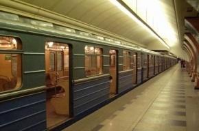Поезд метро ударил током пассажира