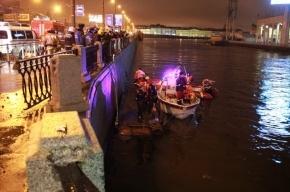 В районе Тучкова моста автомобиль упал в Неву