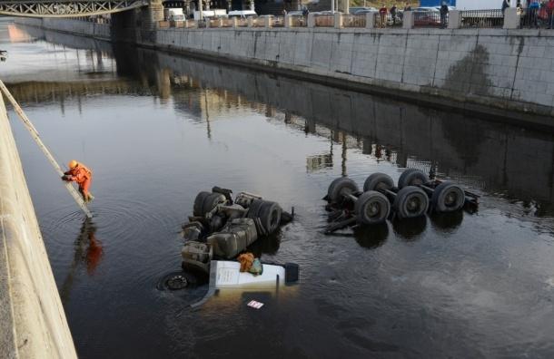 После аварии с бензовозом из Невы собрали 750 кг нефтеводяной смеси