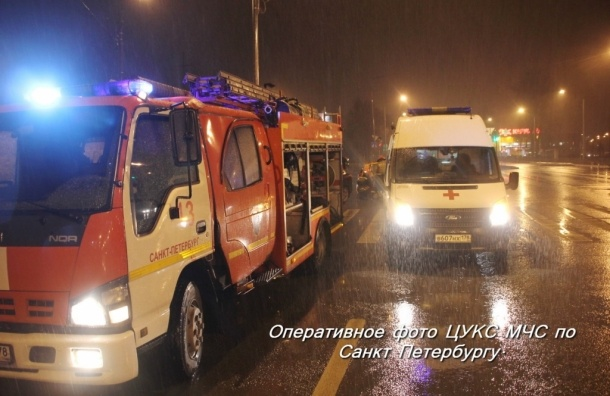 На КАД пострадавших в ДТП с грузовиком вырезали из машины
