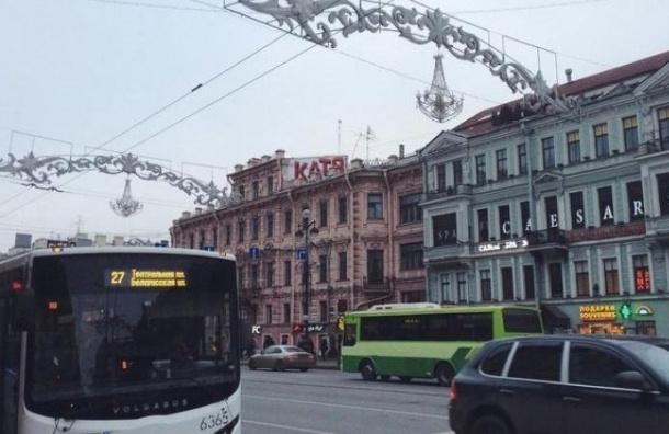 Петербуржец сделал предложение, нарисовав граффити на домах Невского проспекта
