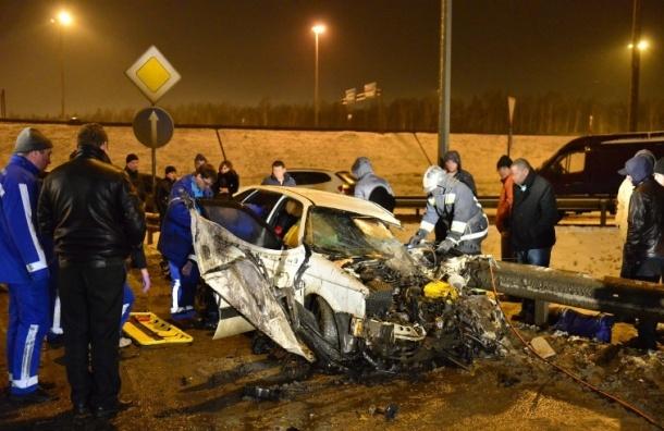 «Фольксваген Пассат» врезался в столб на Колтушском шоссе