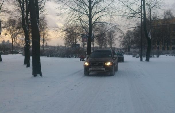 Из-за снегопада водители объезжали пробки через городские парки