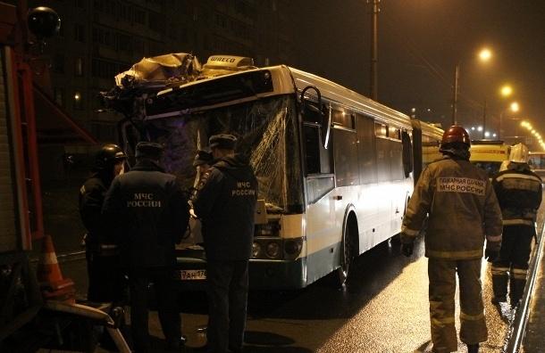В Петербурге автобус столкнулся с грузовиком