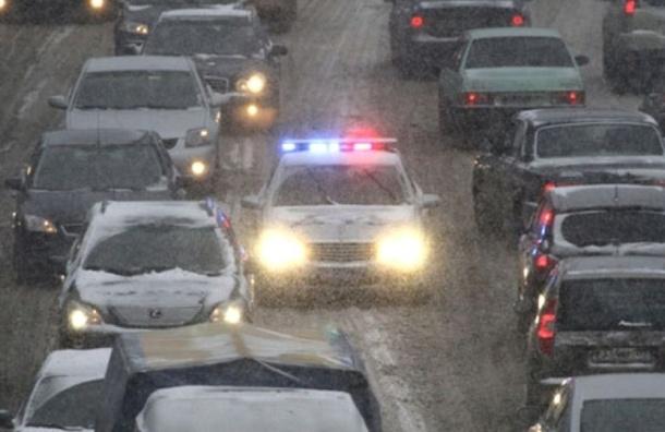 Снегопад парализовал движение в Петербурге