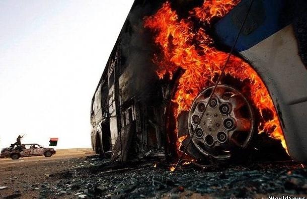 На Коломяжском проспекте у автобуса на ходу загорелось колесо
