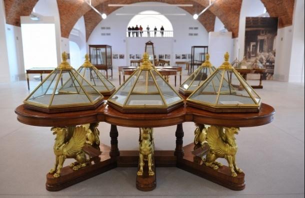 В дни юбилея Эрмитаж представил посетителям 50 пустых витрин