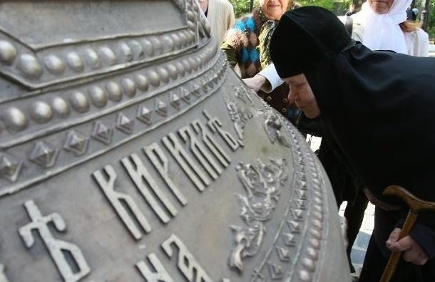 В Петербурге поднят самый большой колокол Александро-Невской лавры