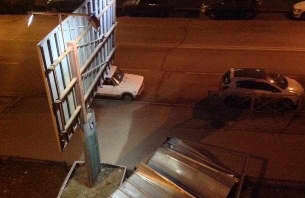 На улице Беринга ветер обрушил рекламный щит