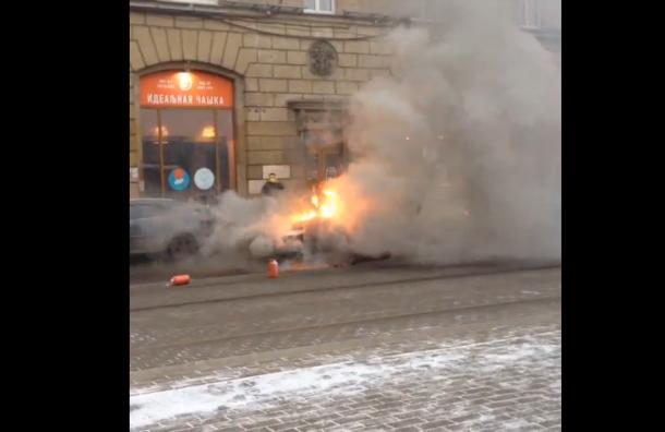 «Пежо» горел в Петроградском районе