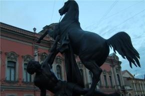 Вандалы разрисовали скульптуру «Укротителя» на Аничковом мосту