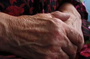 Пенсионерку ограбили и избили