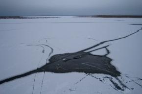Управляющий болотоходом провалился под лед в области