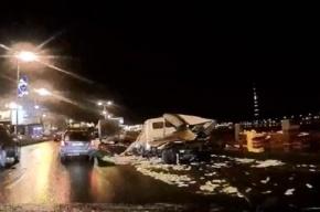 В Петербурге грузовик, попавший ДТП, рассыпал хлеб по мостовой