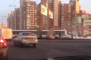 В аварии на Ветеранов столкнулись две легковушки и автобус