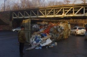 На перекрестке 1-го Муринского и Карбышева перевернулся мусоровоз