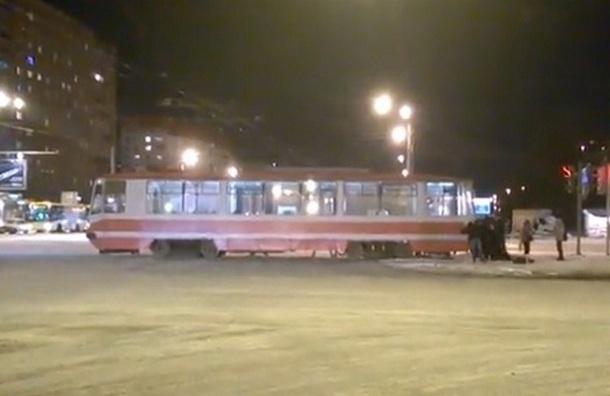 На перекрестке Гражданского и Просвещения петербуржцы толкали застрявший трамвай