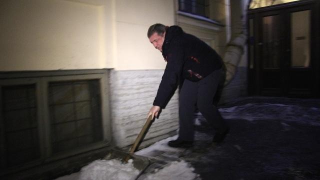Албин убирает двор: Фото