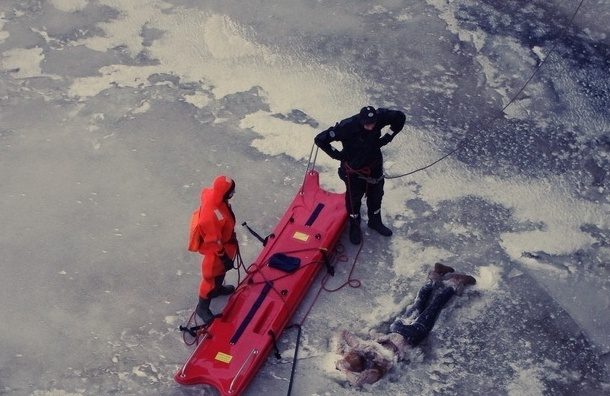 На Неве изо льда вырубали тело девушки