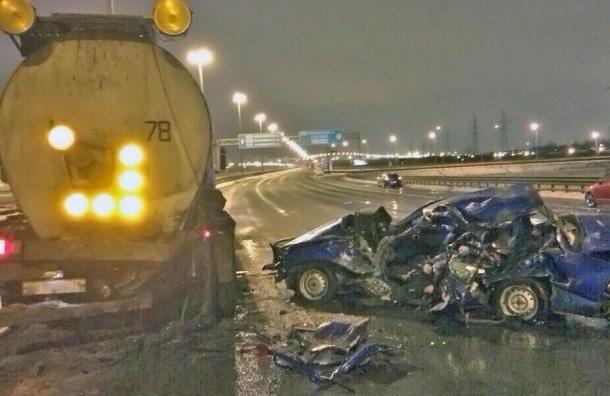 Автомобиль «разорвало» о бензовоз на КАД