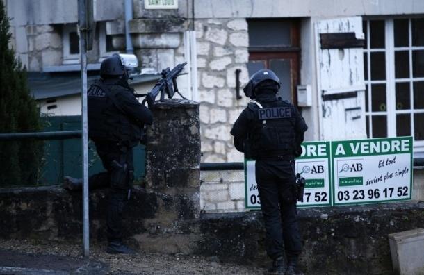 Террористы захватили заложников в пригороде Парижа