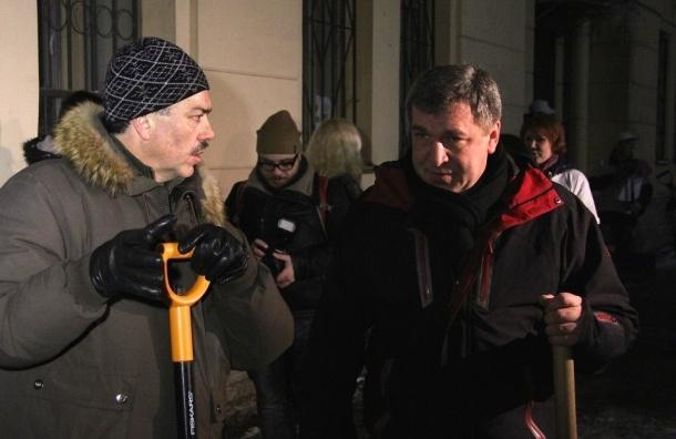 Игорь Албин вышел на уборку снега во двор на улице Рубинштейна