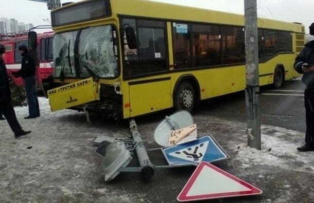 На Мартыновской улице автобус столкнулся с Toyota и снес светофор