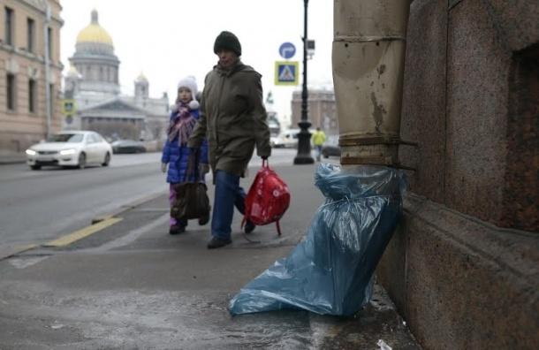 Петербург борется с наледью с помощью пакетов