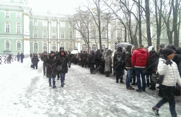 Три часа необходимо отстоять в очереди, чтобы попасть в Зимний дворец