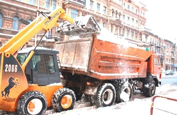Припаркованные автомобили мешают убирать снег в городе