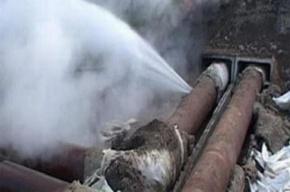 На проспекте Жукова прорвало трубу с горячей водой
