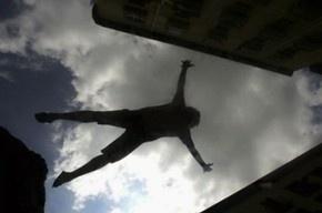 В Приморском районе 16-летняя девушка выпала с балкона