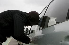 Чтобы похитить автомобили из автосалона, преступники связали сторожа