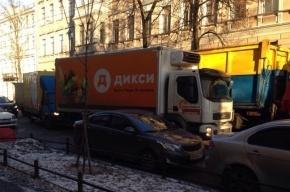 В аварии на Васильевском острове столкнулись грузовик и мусоровоз