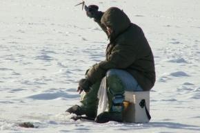С оторвавшейся льдины на Невской губе спасены 9 рыбаков