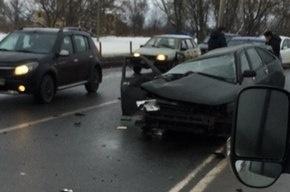 Отечественный автомобиль столкнулся с иномаркой на Петергофском шоссе