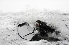 Рыбак провалился под лед на Ладожском озере
