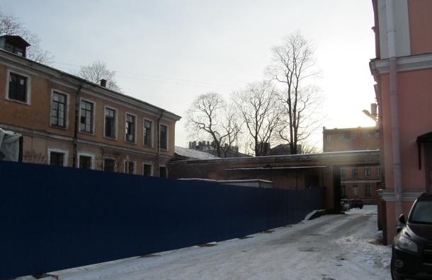 ГАТИ: Забор вокруг исторического корпуса ВМА на Боткинской поставлен незаконно