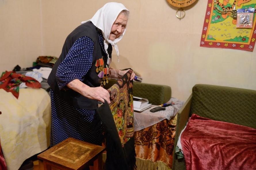 Елена Олефиренко хвастается платком, подаренным В. Путиным